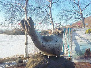 Скульптура тюленя в центре камчатской столицы